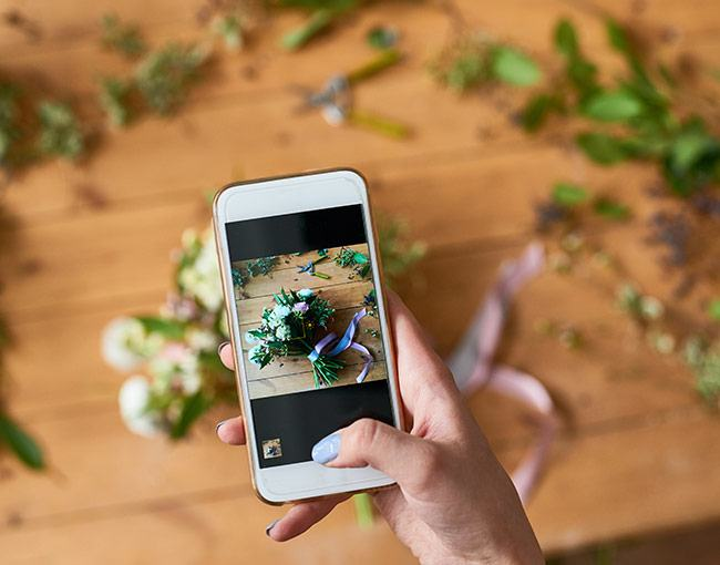 Taking a picture of a wedding bouquet with a smartphone